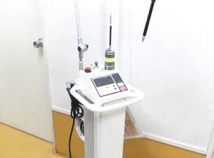 レーザー手術で使用するメスのCO2レーザーです。